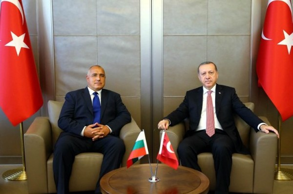 Turkish President Recep Tayyip Erdogan (R) meeting with Bulgarian Prime Minister Boyko Borisov (L) in Istanbul, August 26, 2016 / AFP PHOTO / TURKEY'S PRESIDENTIAL PRESS SERVICE / KAYHAN ÖZER