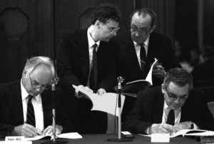 Willi Wapenhans, vice-president of the World Bank and János Fekete, the governor of the Hungarian National Bank, signing a loan agreement in 1985