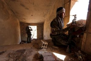 Kurdish People's Protection Units (YPG) fighters taking up positions inside a damaged building in al-Vilat al-Homor neighborhood in Hasaka city, Syria July 22, 2015. REUTERS/Rodi Said