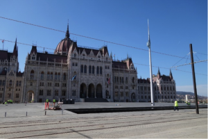 The new design of Kossuth Square with the parliament and the pond/barrier. Source: varosban.blog.hu