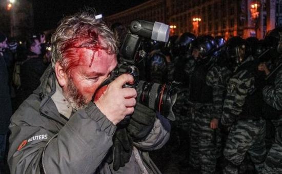 zeci-de-jurnalisti-au-fost-batuti-in-timpul-protestelor-din-kiev-237712