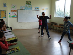 Refugiatii au montat o scoala de voluntari in tabara de refugiati din Harmanli, Bulgaria, ca o terapie necesara pentru copiii care petrec in tabara si 9 luni pana cand parintii lor optin actele.