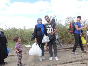 Una pareja siria justo en el kilometro 1 UE, acaban de cruzar la valla SerbiaHungria